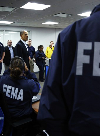 El Presidente Obama conversa con un grupo de efectivos de la Federal Emergency Management Agency (FEMA)